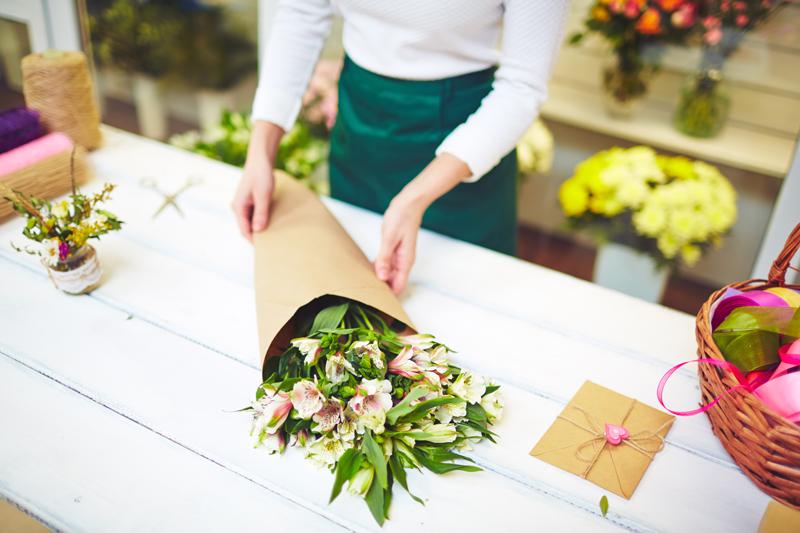 buquê de flores embalado com papel pardo