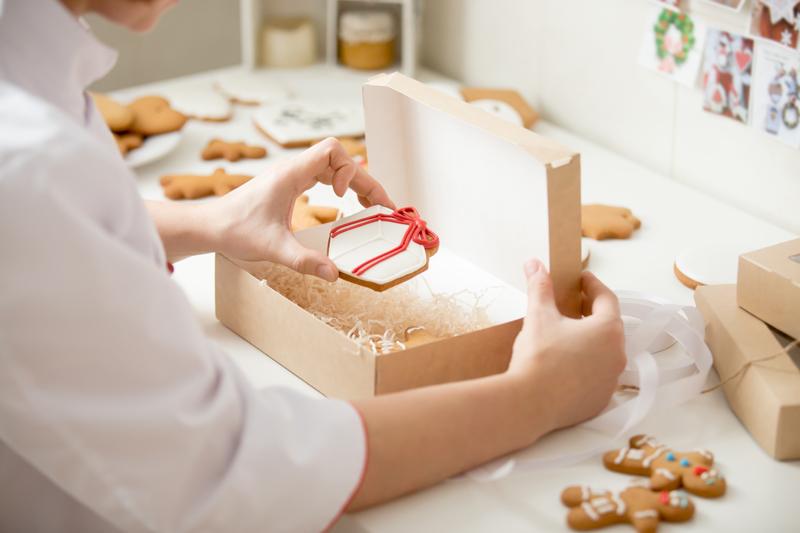 decoração de embalagem com palha para presente