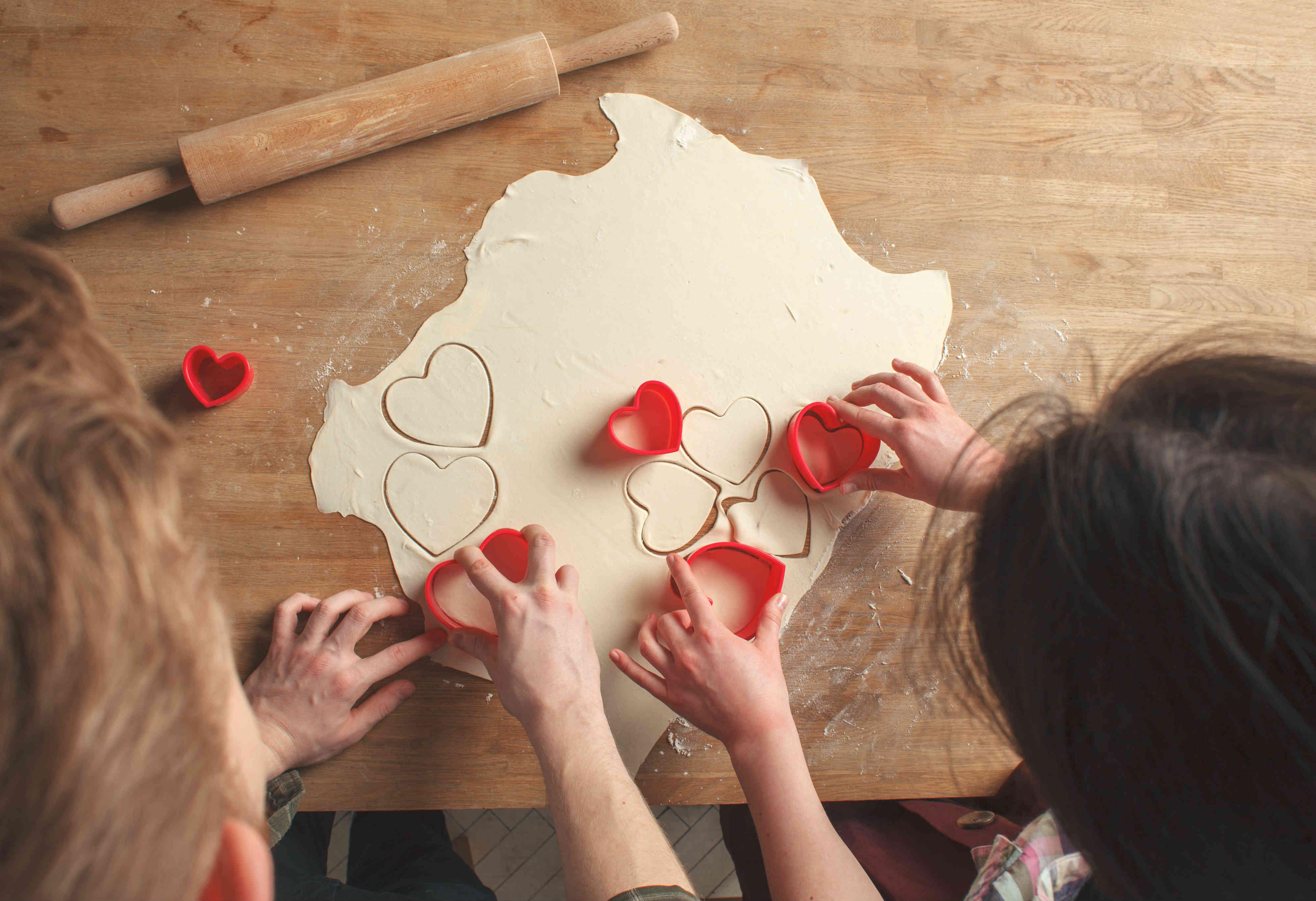 Casal fazendo salgado em forma de coração - produtos artesanais para presentear a namorada