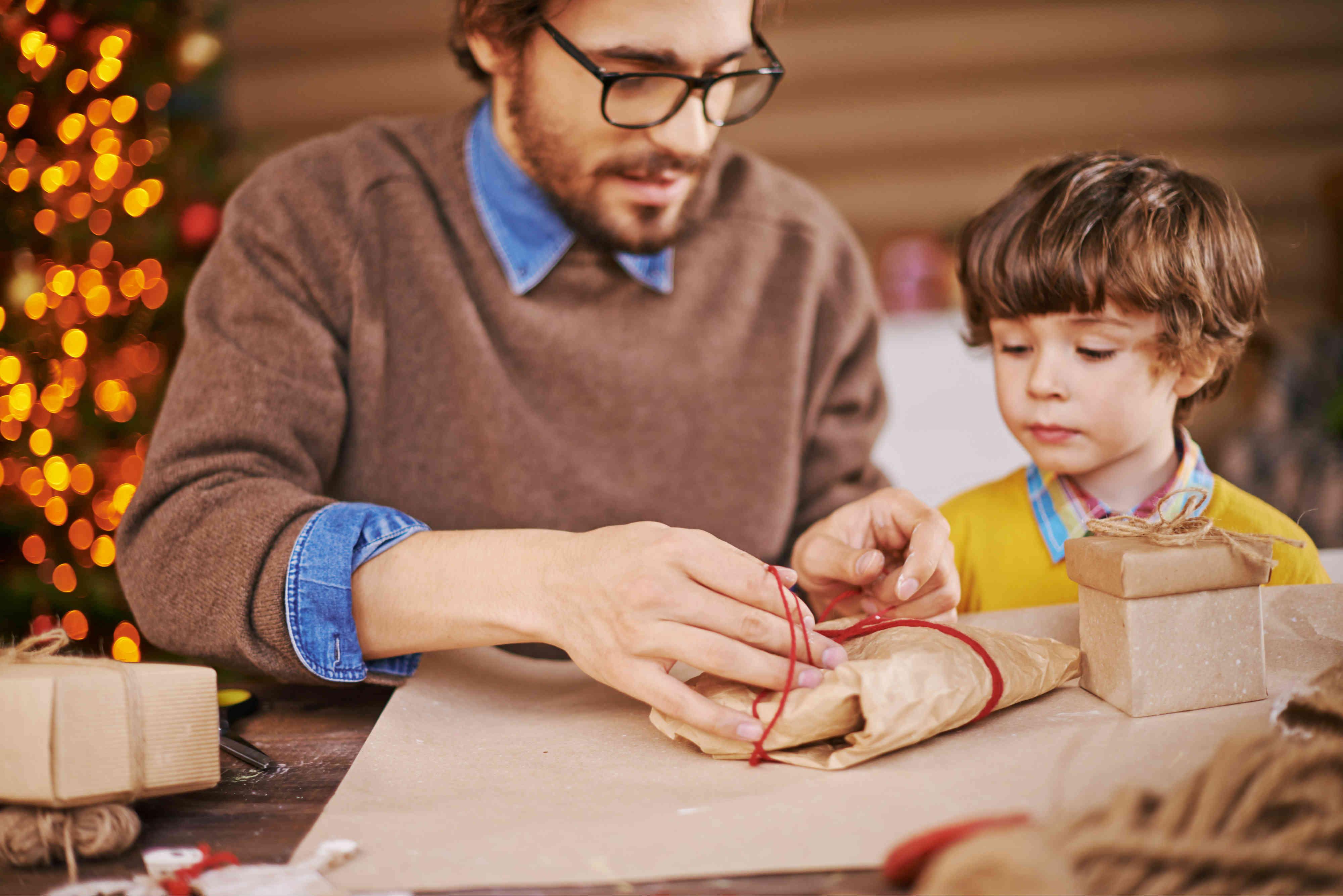 Pai e filho embalando presente artesanal
