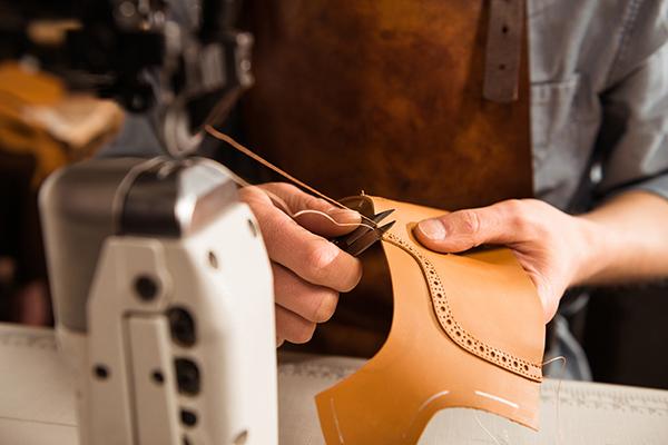 Mão costurando objeto em couro - presente artesanal para o dia das mães