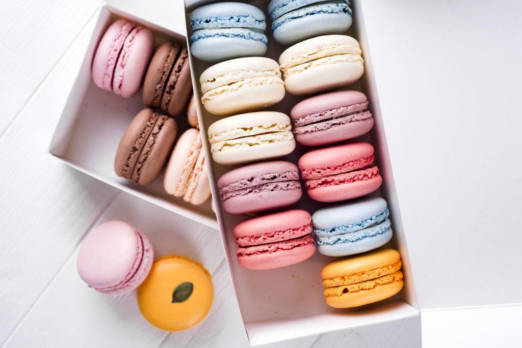 macarons artesanais coloridos em embalagem